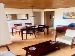 Una sala de estar llena de muebles y una televisión de pantalla plana en Apartamento en venta, ubicado en Ciudad Salitre Oriental