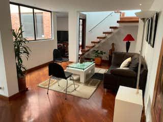 Una sala de estar llena de muebles y una chimenea en Apartamento Duplex en venta, ubicado en Santa Barbara Central