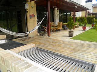 Un banco de madera sentado en una acera en VENDO/PERMUTO CASA HATOGRANDE RESERVADO- YG