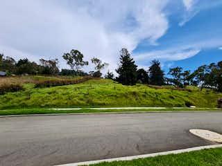 Una vista de un camino con una montaña en el fondo en Lote en venta en Alto de Las Palmas Indiana de 1664mts