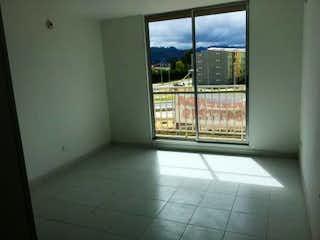 Un cuarto de baño con una puerta de cristal y una ventana en Apartamento en venta en Tocancipá, 55mt