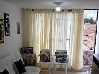 Una sala de estar llena de muebles y una ventana en Centro, Apartamento en venta en Villa Nueva, 42m²