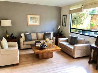Una sala de estar llena de muebles y una televisión de pantalla plana en Lindísima casa en condominio en Tepepan