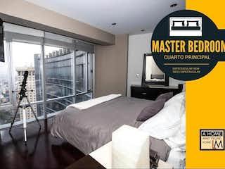 Una habitación de hotel con dos camas y una señal en Espectacular PH con Vista a Reforma en Uno de Los Edificios Más Exclusivos