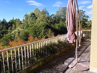 Una vista de un puente con un tren en él en Excelente apartamento para la venta en Rionegro