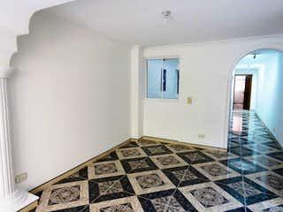 Un cuarto de baño con un piso a cuadros blanco y negro en Venta Apartamento Laureles 103 m2