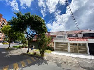 Un edificio con un letrero en la calle en 104050 - Casa en Venta en Bogotá D.C. Barrio Cedro Bolívar.