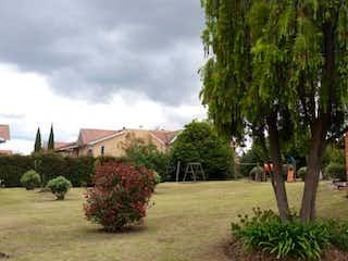 Un par de árboles que están en la hierba en Casa en venta en Casco Urbano Cajicá de 3 hab.