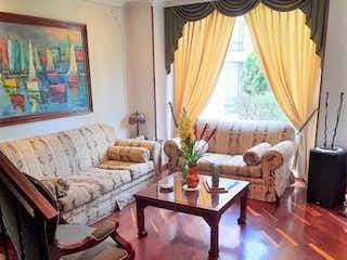 Una sala de estar llena de muebles y una ventana en Vende Casa en Gratamira Bogota