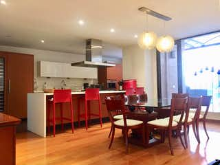 Una habitación llena de un montón de muebles de madera en Apartamento en venta en Polo Club de 2 hab.