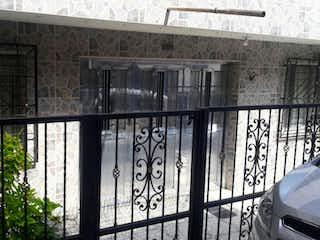 Una foto en blanco y negro de un edificio en Venta casa, Robledo Kennedy, Medellín, Antioquia.