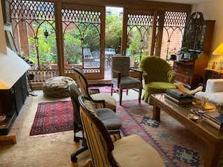 Una sala de estar llena de muebles y una mesa en Apartamento En Venta En Bogota San Patricio
