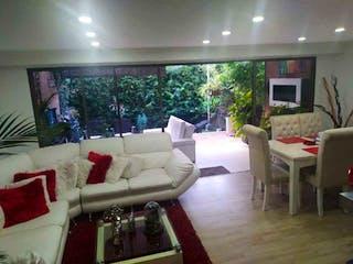 Una sala de estar llena de muebles y una televisión de pantalla plana en Casa en venta en San Lucas, 180m² con Bbq...