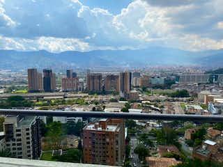 Una vista de una ciudad con un horizonte de la ciudad en el fondo en VENTA APARTAMENTO EN CASTROPOL, POBLADO