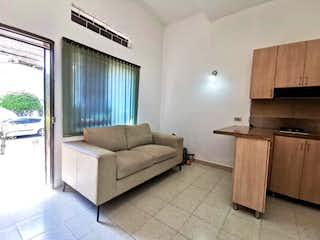 Una sala de estar llena de muebles y una ventana en APARTAMENTO EN VENTA LAURELES CERCA A LA AVENIDA NUTIBARA