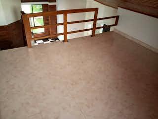 Una cama blanca sentada en una habitación junto a una ventana en GANGA APARTAMENTO 68M2 3 HABITACIONES  ALTILLO  - GRAN GRANADA
