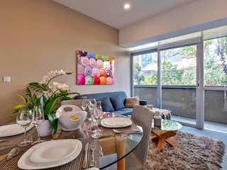 Una sala de estar con una mesa y sillas en Urbano Town