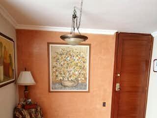 Una sala de estar con suelos de madera y paredes de madera en Apartamento en venta en Bella Suiza, 88mt duplex
