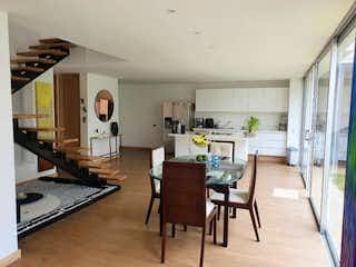 Una sala de estar llena de muebles y una mesa en SE VENDE CASA EN RIONEGRO-ANT.