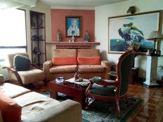 Una sala de estar llena de muebles y una ventana en SE VENDE APARTAMENTO EN DARDANELO
