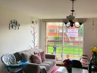 Una sala de estar llena de muebles y una ventana en Apartamento en Venta QUIRIGUA