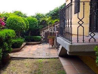 Una zona de jardín con un banco y árboles en EN VENTA CASA POR TEPEPAN CERRADA DE TEHUIXTLE. COLONIA VALLE ESCONDIDO