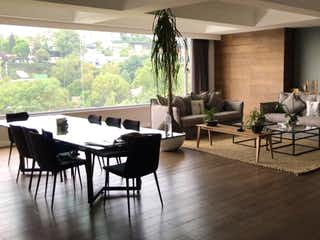 Una sala de estar llena de muebles y una gran ventana en VENTA DEPTO AVENIDA DE LOS BOSQUES