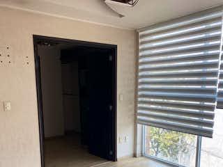 Una cocina con nevera y una ventana en VENTA DEPTO EN AVENIDA COYOACAN . ALCALDÍA BENITO JUÁREZ . CENTRO COYOACAN.