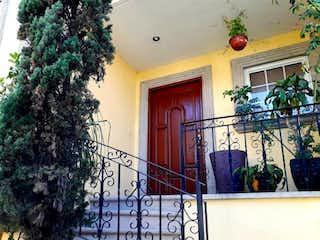 Un edificio que tiene un árbol de navidad en él en Bonita casa bien ubicada en Cuajimalpa