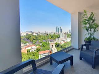 Una sala de estar llena de muebles y una planta en maceta en Se ven ofertas ESTRENA CONDESA VENTA  2 REC c/alberca, roof garden, gym, vistas