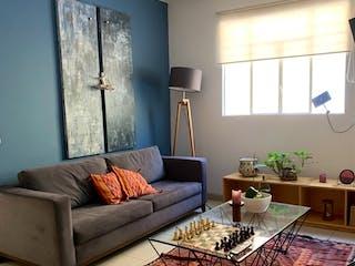 Una sala de estar llena de muebles y una ventana en Departamento en venta en Condesa 90m²