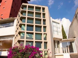 Un primer plano de un edificio frente a un edificio en Magnifica casa en Venta en Paseo de las Lomas