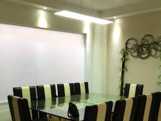 Un grupo de sillas sentadas en una habitación en Gran oportunidad, Departamento en venta en Jardines Del Sur de 3 hab.