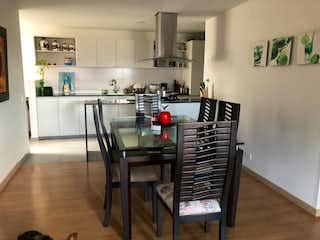 Una cocina con una mesa y sillas en ella en Apartamento en Venta Carlos E Restrepo, Medellín
