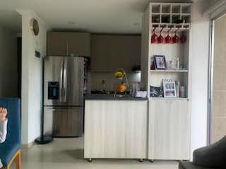 Cocina con nevera y microondas en Apartamento venta san german los colores medellin