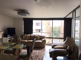 Una sala de estar llena de muebles y una televisión de pantalla plana en Apartamento en venta en Conquistadores