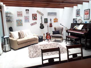 Una sala de estar llena de muebles y una gran ventana en Apartamento en venta en Santa Ana de 3 alcoba