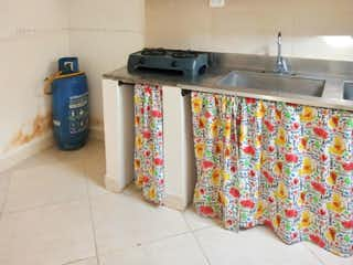 Un cuarto de baño con lavabo y un espejo en Casa en venta en San Germán de 70m²