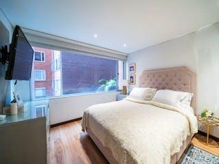Una cama grande sentada en un dormitorio junto a una ventana en Apartamento en venta en El Refugio de 3 alcobas