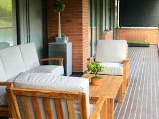 Una mesa de madera y sillas en una habitación en SE VENDE MUY BUEN APTO EN LA COLA DEL ZORRO POBLADO CON AMPLIA TERRAZA