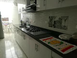 Una cocina con una estufa y una mesa en ella en Casa en venta La Esmeralda