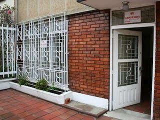 Un edificio de ladrillo blanco con una puerta blanca en VENDO CASA ALCAZARES NORTE