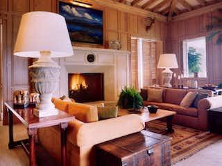 Una sala de estar llena de muebles y una chimenea en CLUB DE GOLF BOSQUES