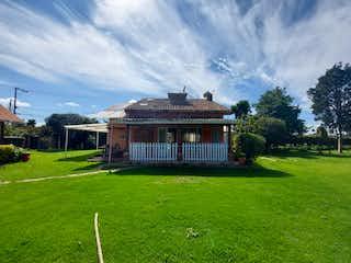 Una casa que está sentada en la hierba en Casa en venta en Pueblo Viejo de 4 habitaciones