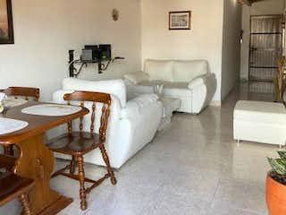 Una sala de estar llena de muebles y una ventana en VENDO CASA EN GUAYABAL CRISTO REY