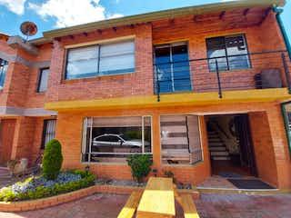 Un gran edificio de ladrillo con un banco en frente en Casa en venta en Casco Urbano Chía, 200m² con Zonas húmedas...