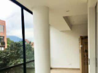Un cuarto de baño con un inodoro blanco y una ventana en Apartamento en venta en El Virrey de 3 habitaciones