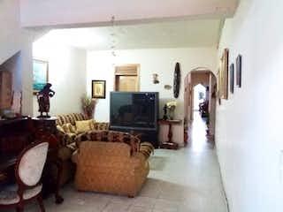 Una sala de estar llena de muebles y una chimenea en Casa en venta en Belén Centro 180m²