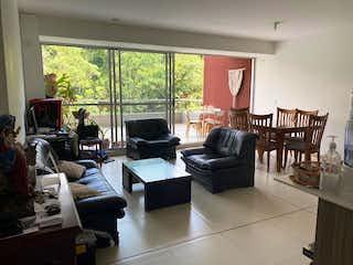 Una sala de estar llena de muebles y una ventana en Apartamento en venta en Loma De Las Brujas de 4 alcoba