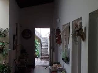 Una habitación que tiene una planta en ella en Casa en venta en Aves María de 5 alcoba